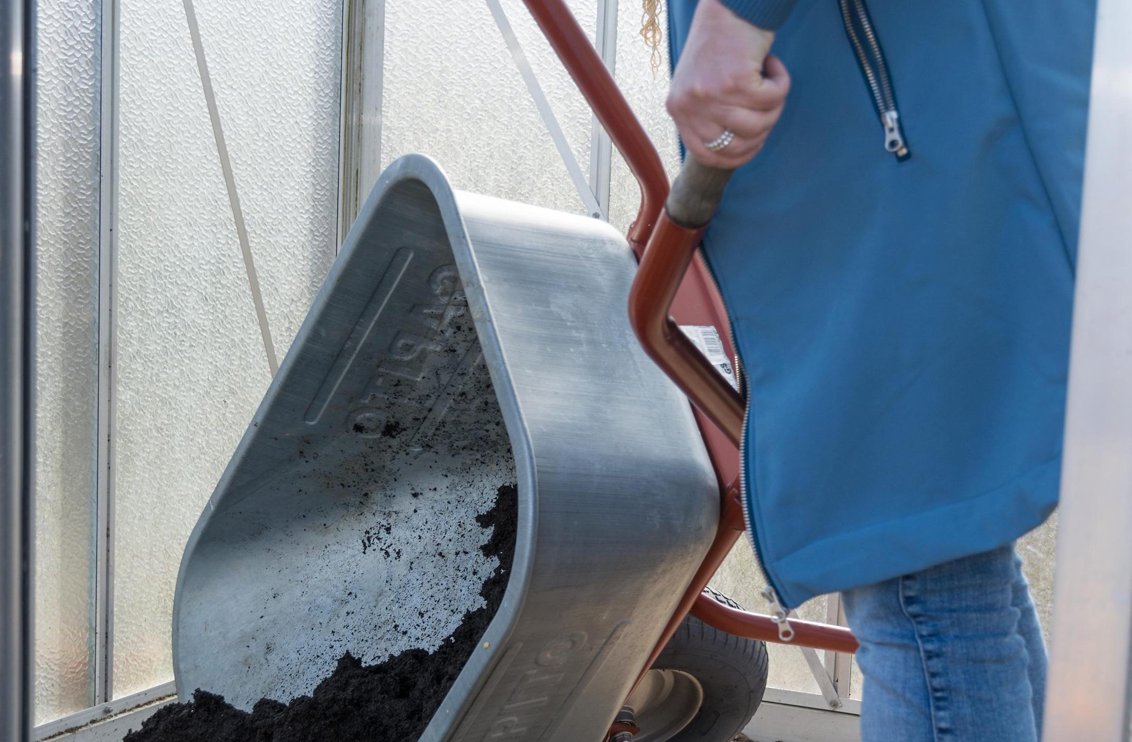 Boden verbessern im Gewächshaus